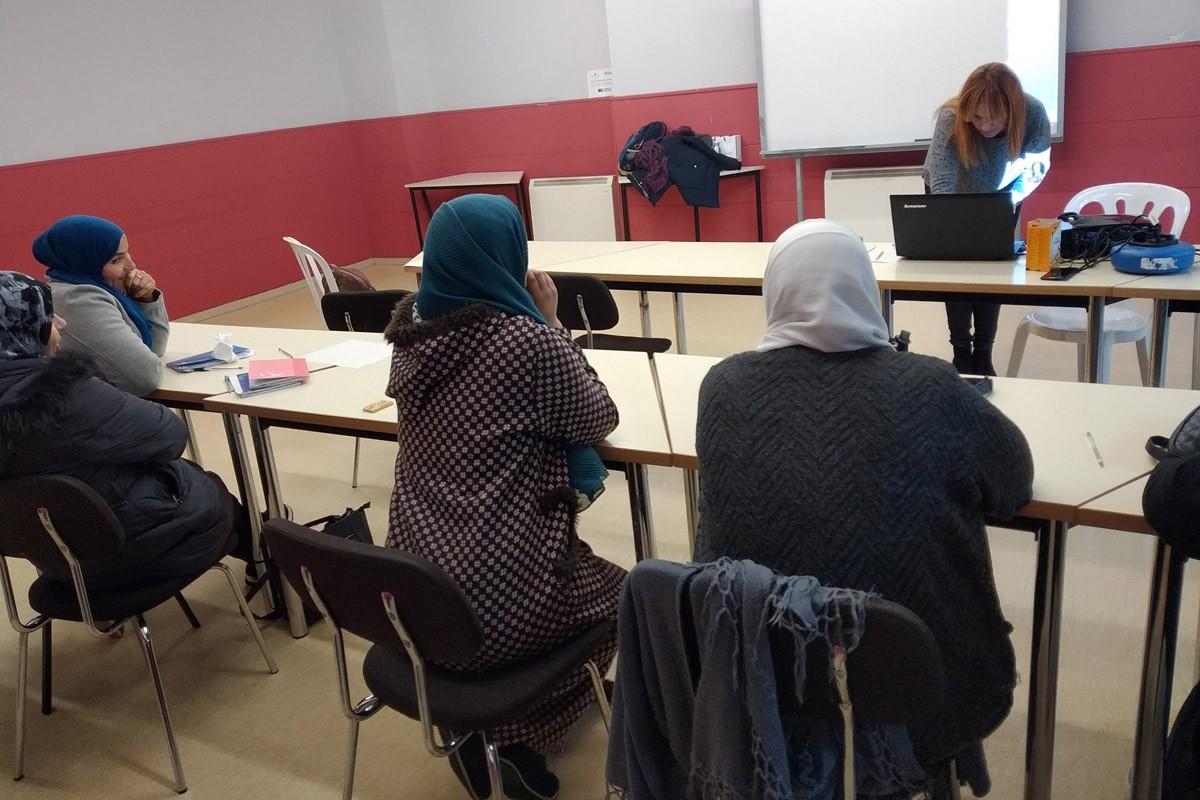 Sessió de formació a persones migrades