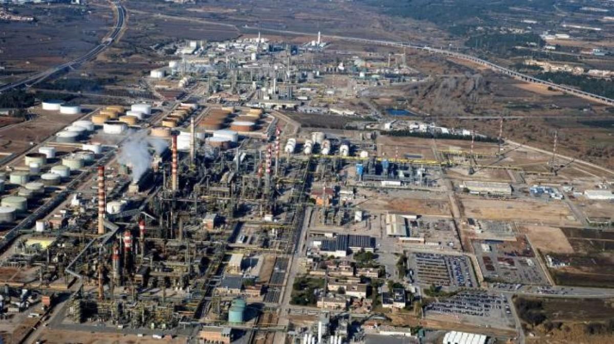 Un dels complexos petroquímics del Camp de Tarragona des de l'aire.