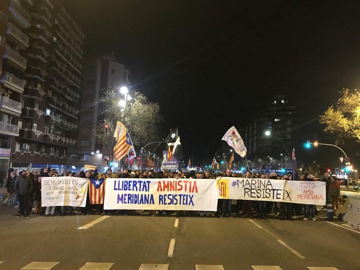 Capçalera de la manifestació d'aquesta nit a l'avinguda Meridiana