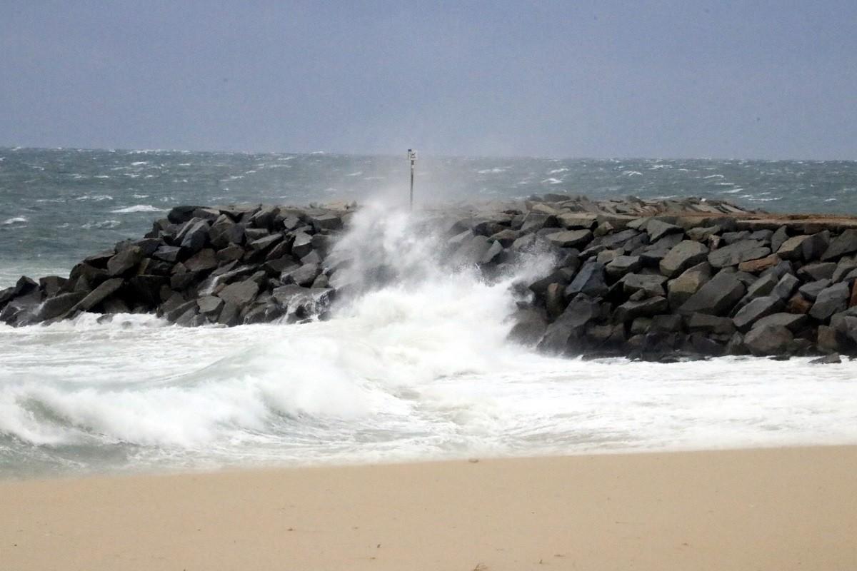 Una onada picant a les roques de la platja de Mataró