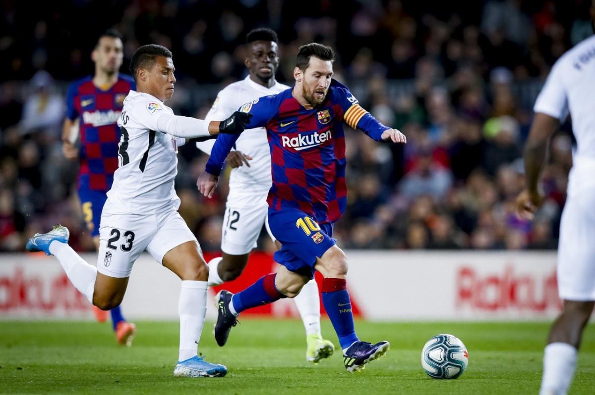 Messi en una acció del partit contra el Granada