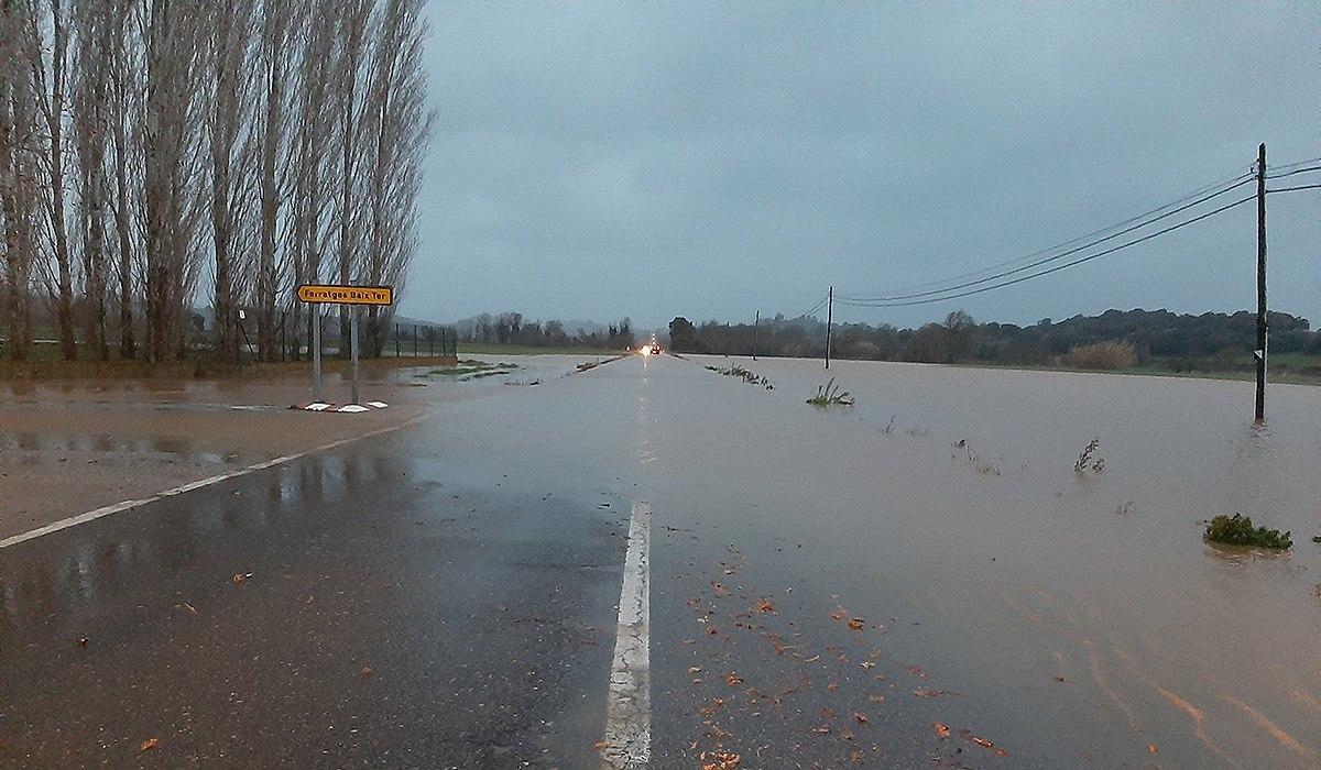 La carretera Gi-644 inundada just abans d'arribar a Serra de Daró.
