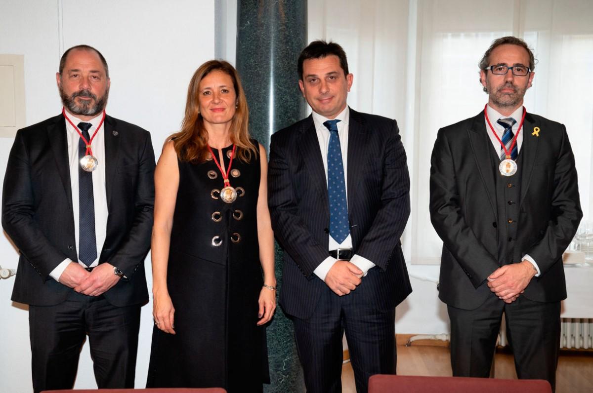 El tres nous consellers amb el president del Consell, Manel Albiac