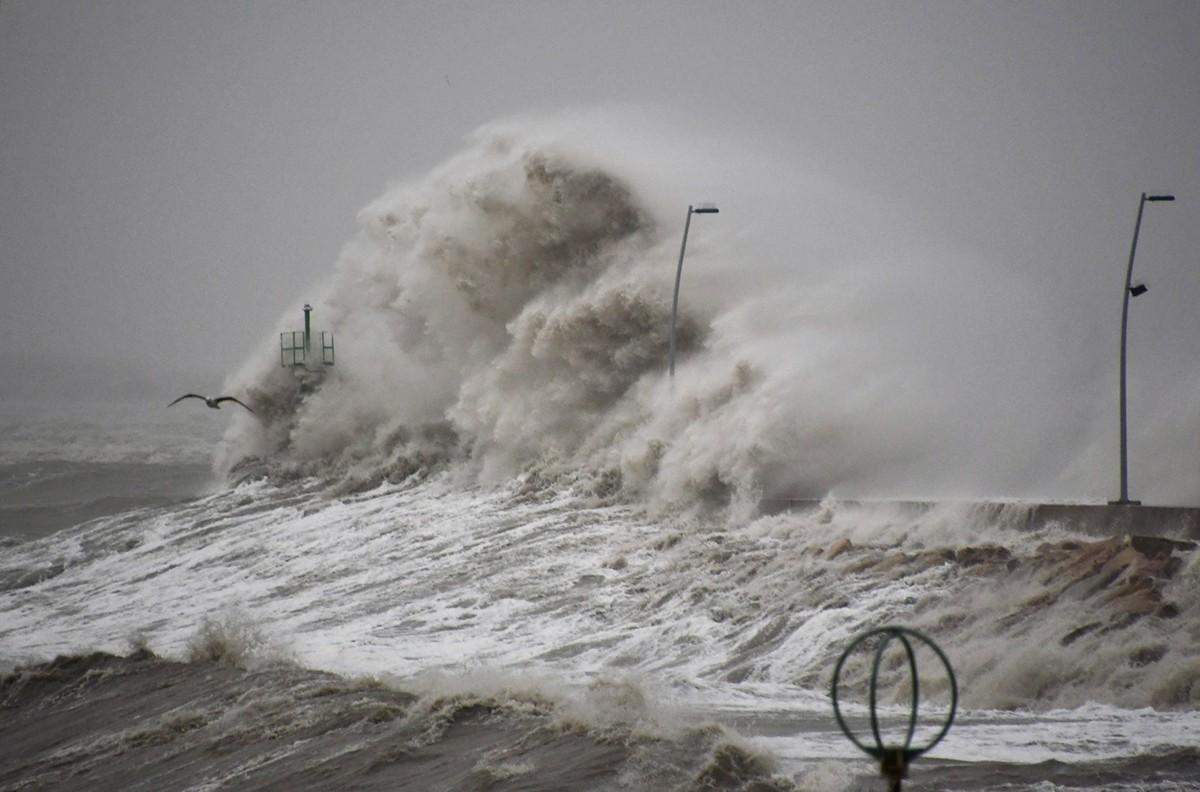 Fortes onades impactant contra el dic de contenció del moll, a l'Ampolla.