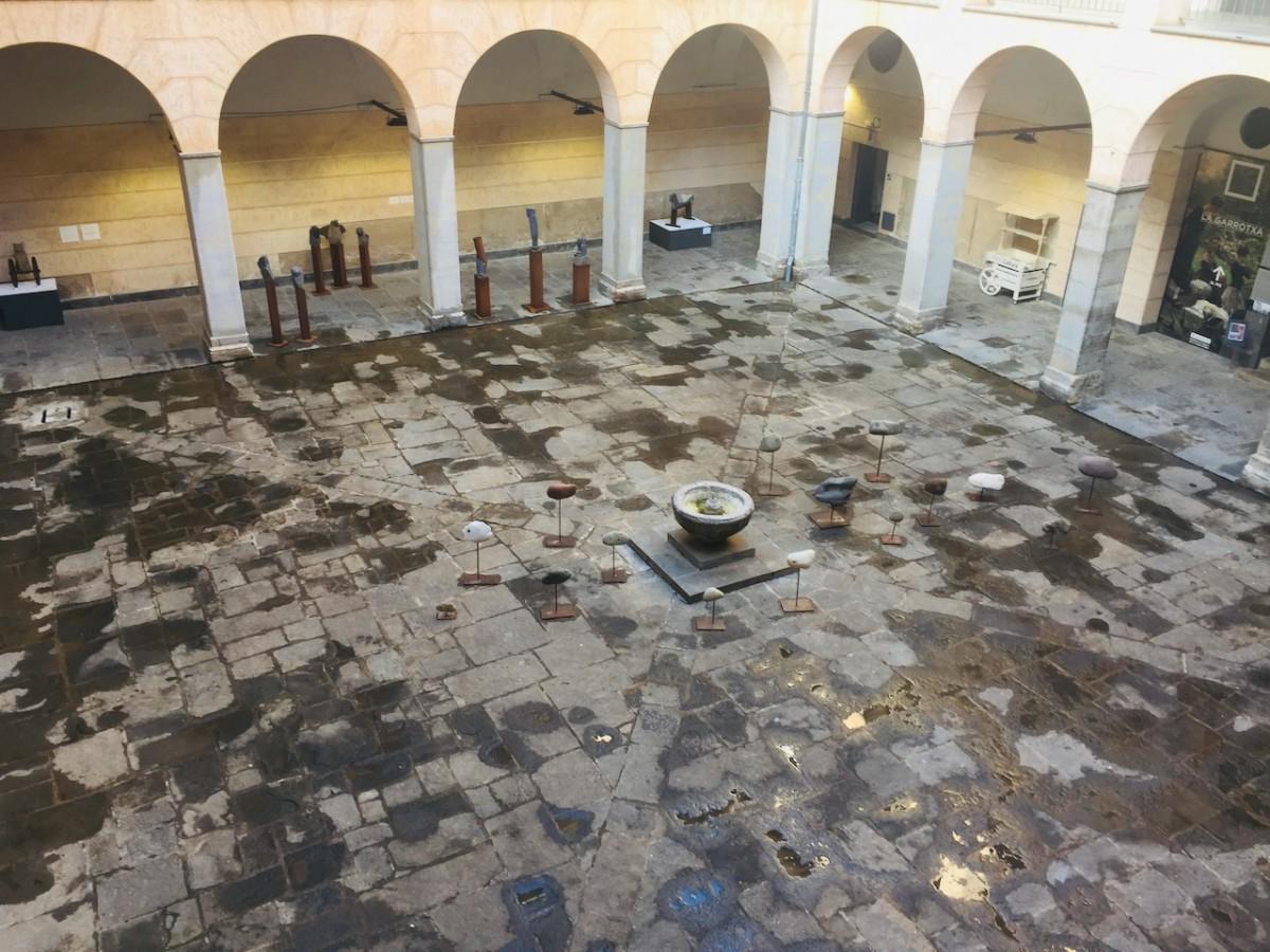 Al patí de l'Hospici, al Museu de la Garrotxa, encara s'hi exposen les escultures de Xavier de Torres.