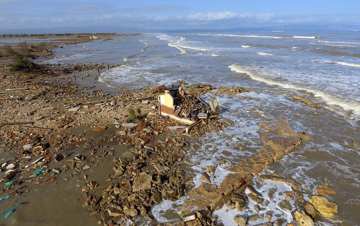 Pla aeri d'una construcció derruïda pel temporal a la platja de la bassa de l'Arena, al delta de l'Ebre, el 23 de gener.