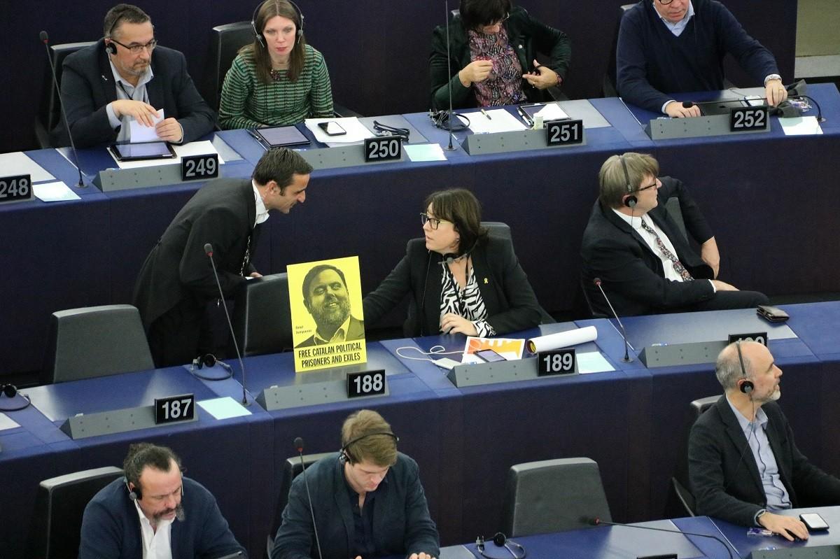 L'eurodiputada Diana Riba discuteix amb un treballador de l'Eurocambra que li demana retirar una imatge d'Oriol Junqueras al seu escó al Parlament Europeu