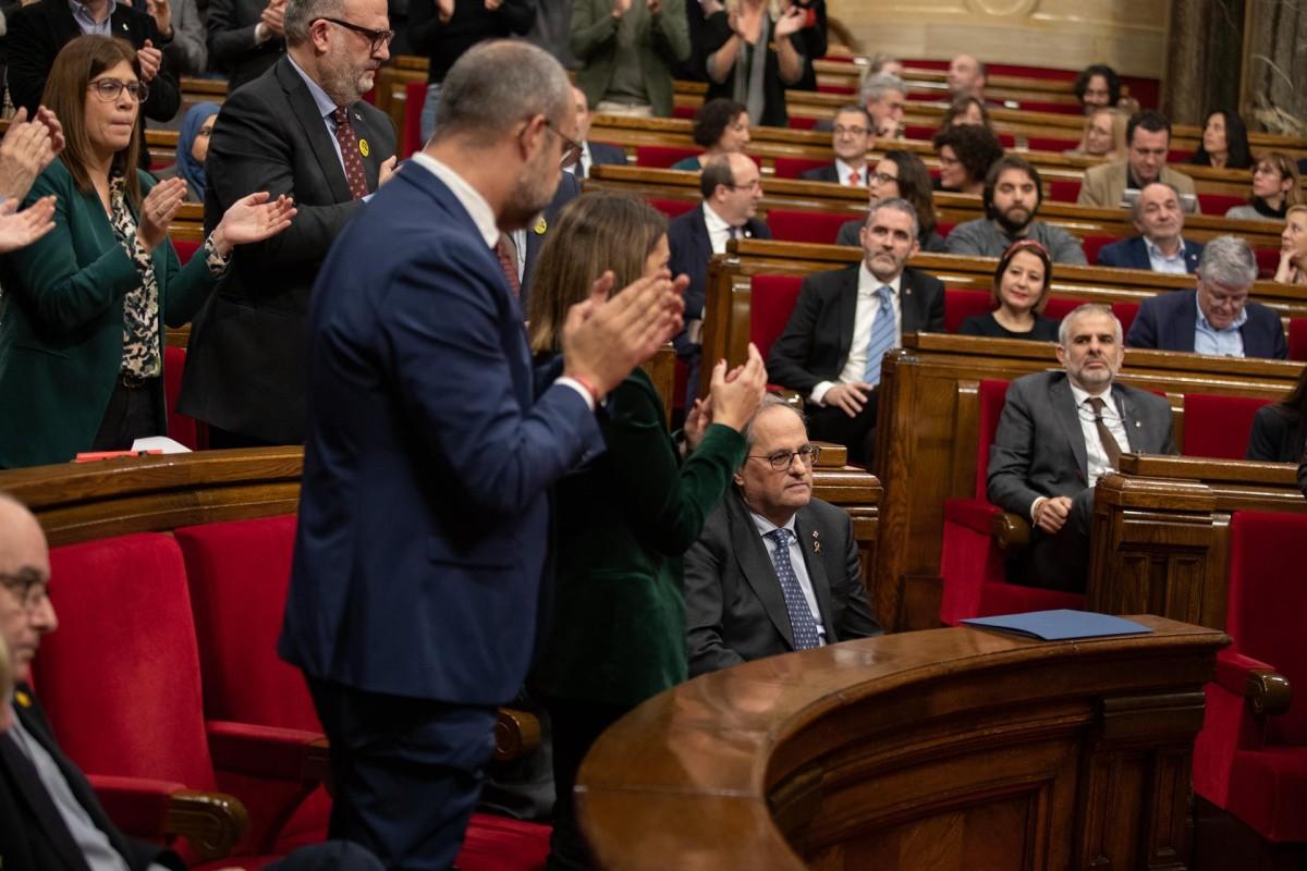 Els consellers i diputats de JxCat aplaudeixen dempeus la intervenció de Torra mentre els d'ERC ni tan sols s'aixequen