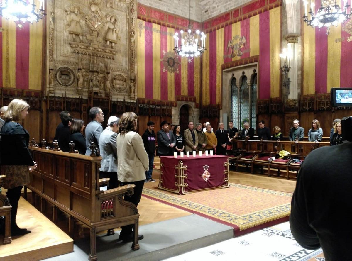 Encesa de les set espelmes del record al Saló de Cent.