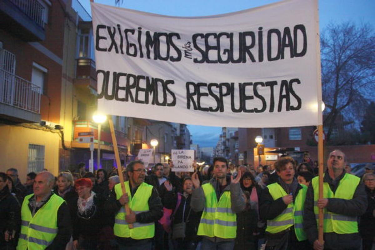 Els veïns de Tarragona es manifesten per l'explosió de l'empresa Iqoxe.