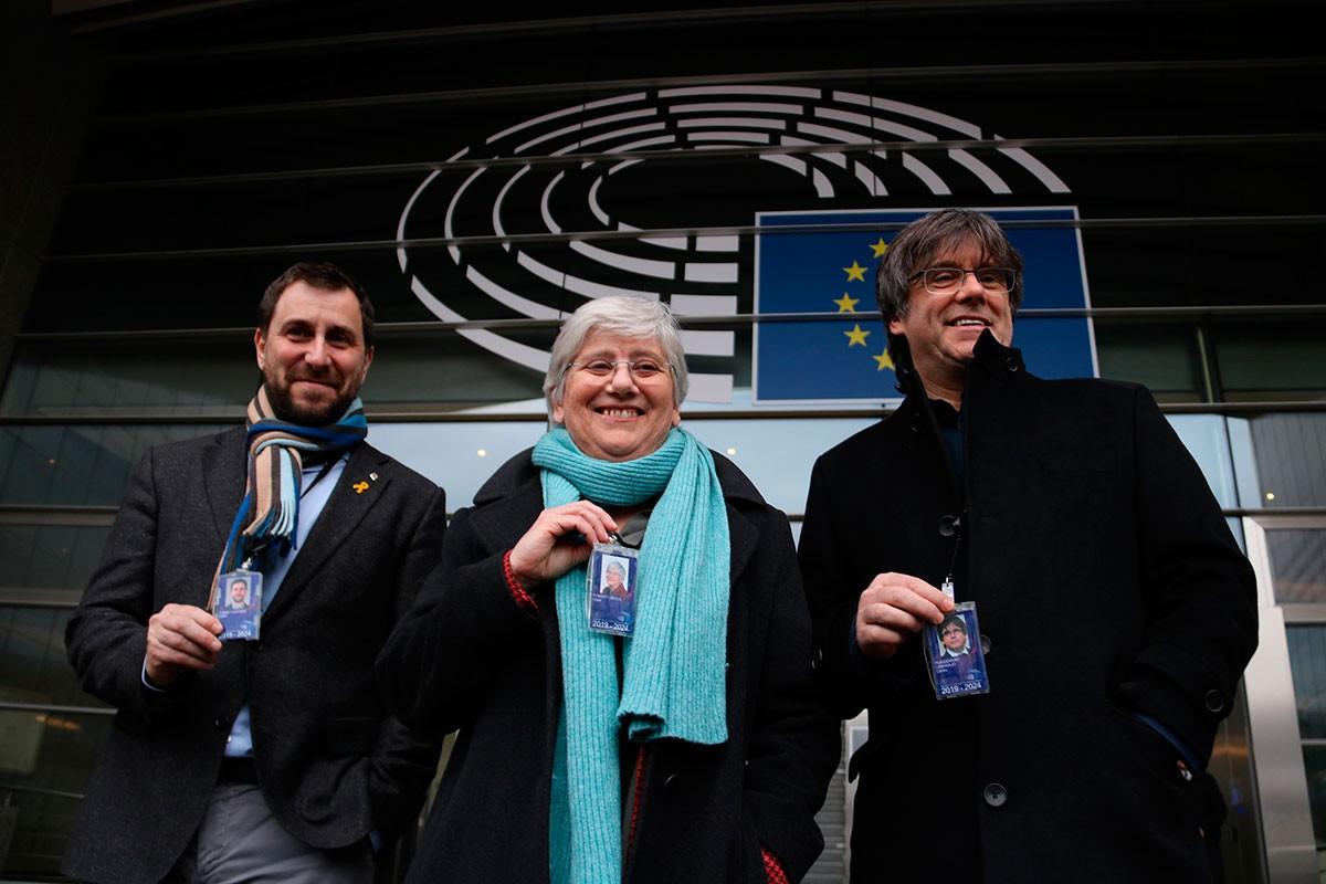 Clara Ponsatí, entre Toni Comín i Carles Puigdemont, a l'Eurocambra