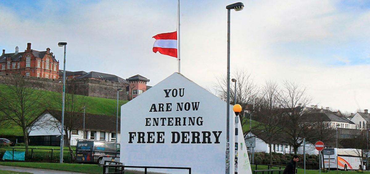 Els colors blanc i vermell del Derry City FC onegen al mític Free Derry Corner en record de Ryan McBride, capità del club mort de manera sobtada el 2017