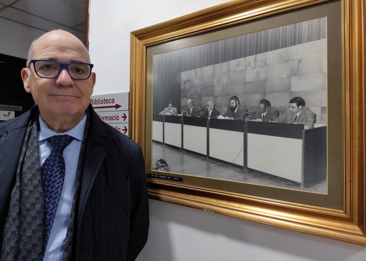 El president de la UES amb la fotografía de constitució de 1970