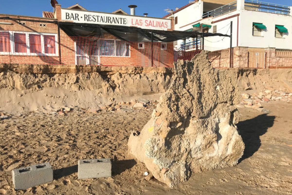 Pedra de grans dimensions situada al mig de la platja Llarga de Tarragona, com a conseqüència del Gloria