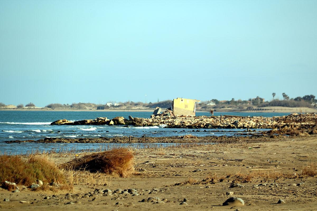 Una barraca malmesa pel temporal Gloria, propera als camps d'arròs inundats amb aigua del mar