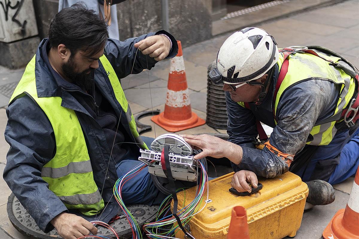Dos operaris amb cables de fibra òptica