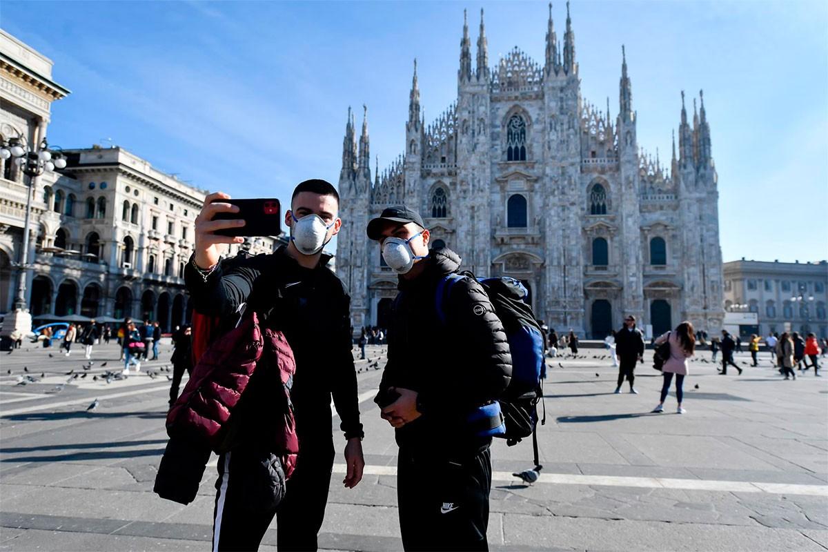 Turistes davant la catedral de Milà
