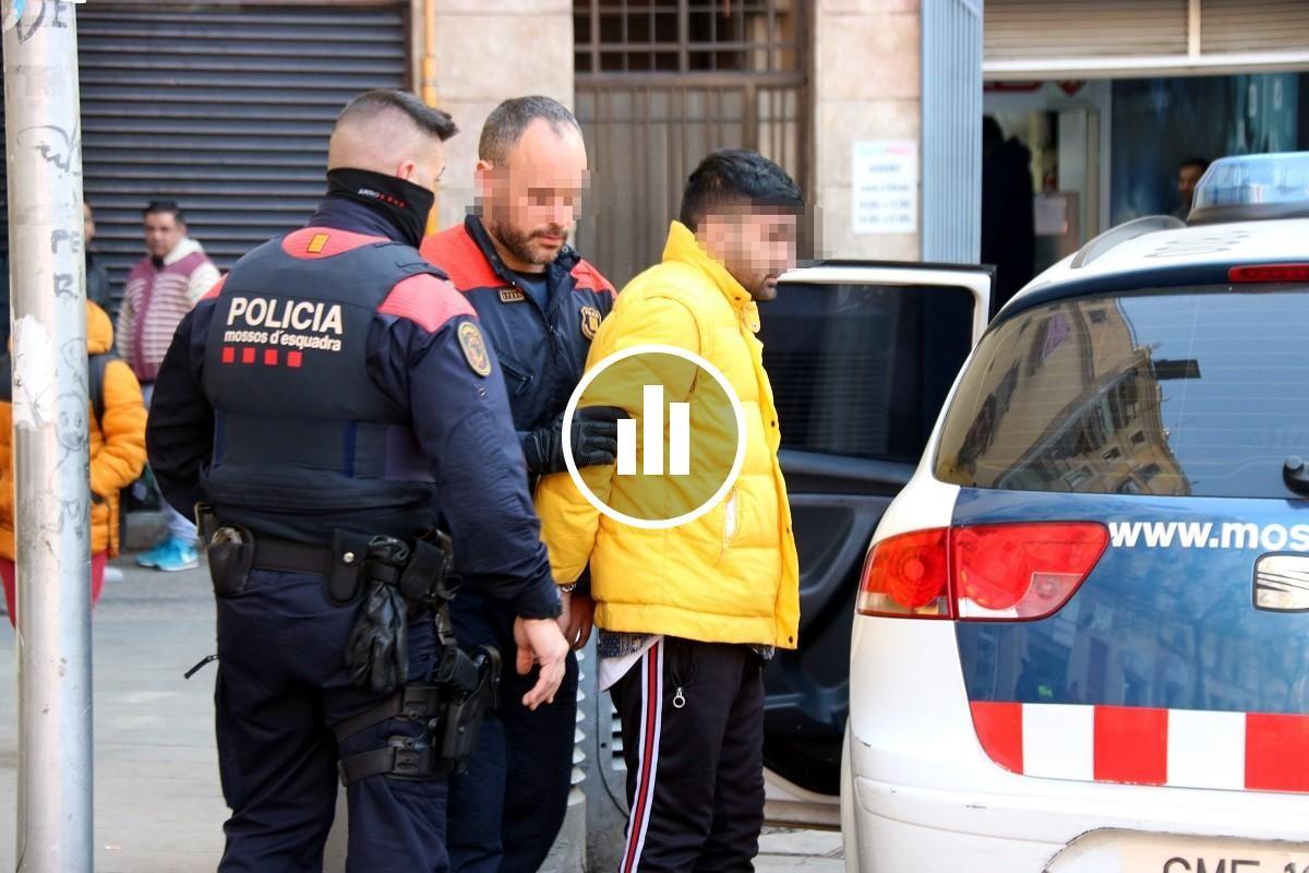 Mossos d'Esquadra, durant una operació contra narcopisos a Ciutat Vella.