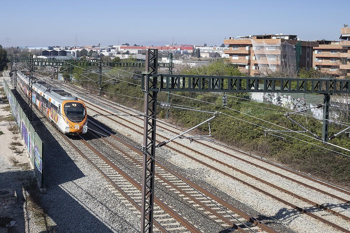Un tren circulant per un tram de l'R8, a Rubí