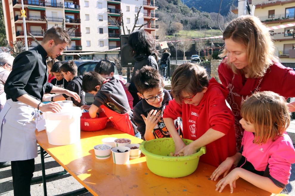 Alumnes de l'escola de Sort participant al taller de facit de Carnaval