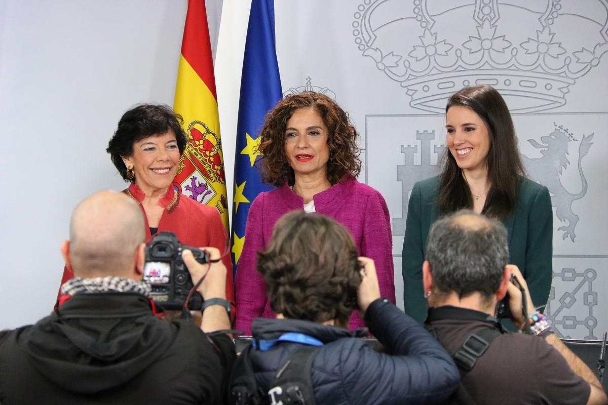 La portaveu del govern espanyol, María Jesús Montero, amb les ministres Isabel Celaá i Irene Montero