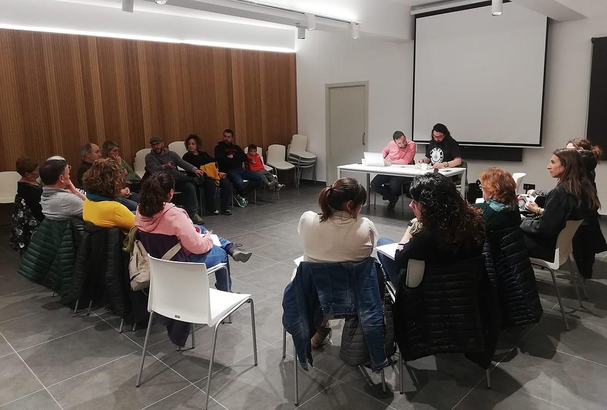 Durant una de les sessions sobre els primers pressupostos participatius a Prats de Lluçanès