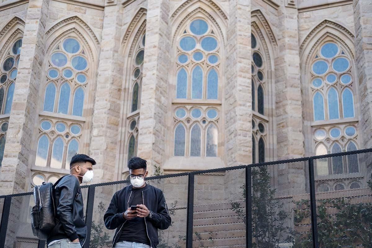 Turistes amb mascareta visitant la Sagrada Família