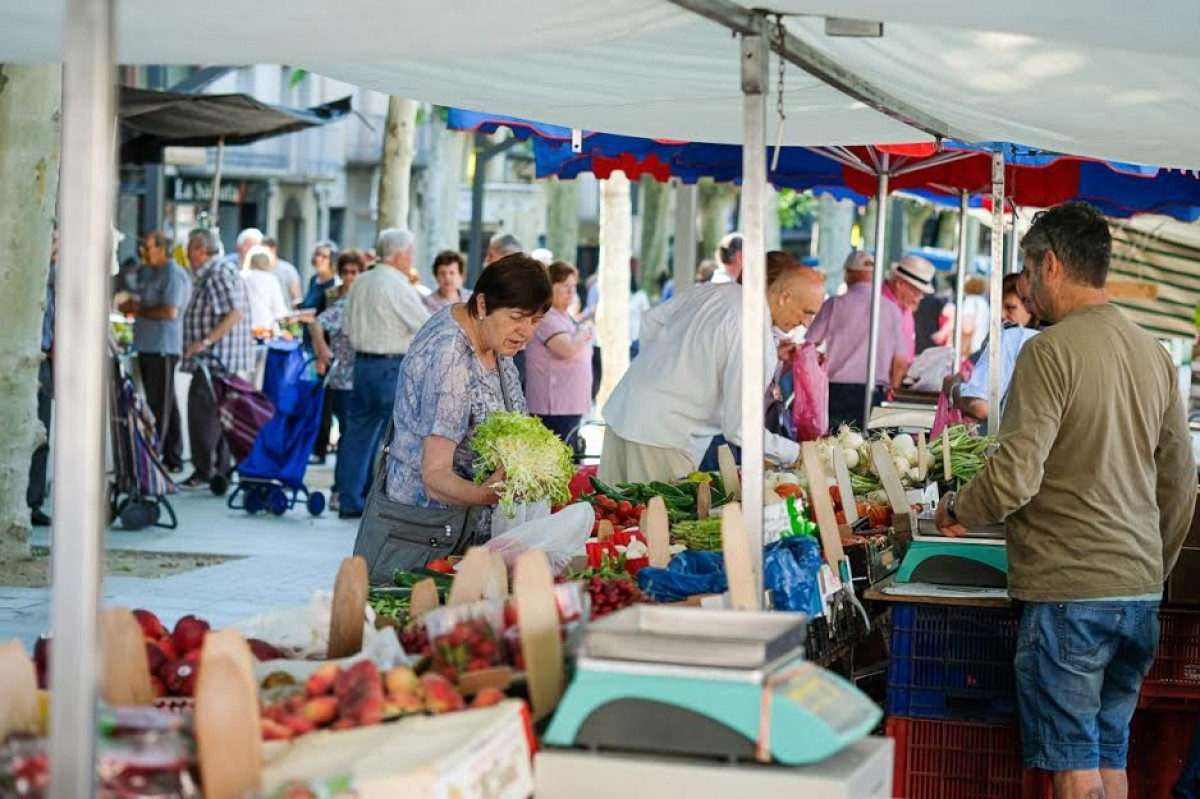 El mercat setmanal dels dilluns a Olot.