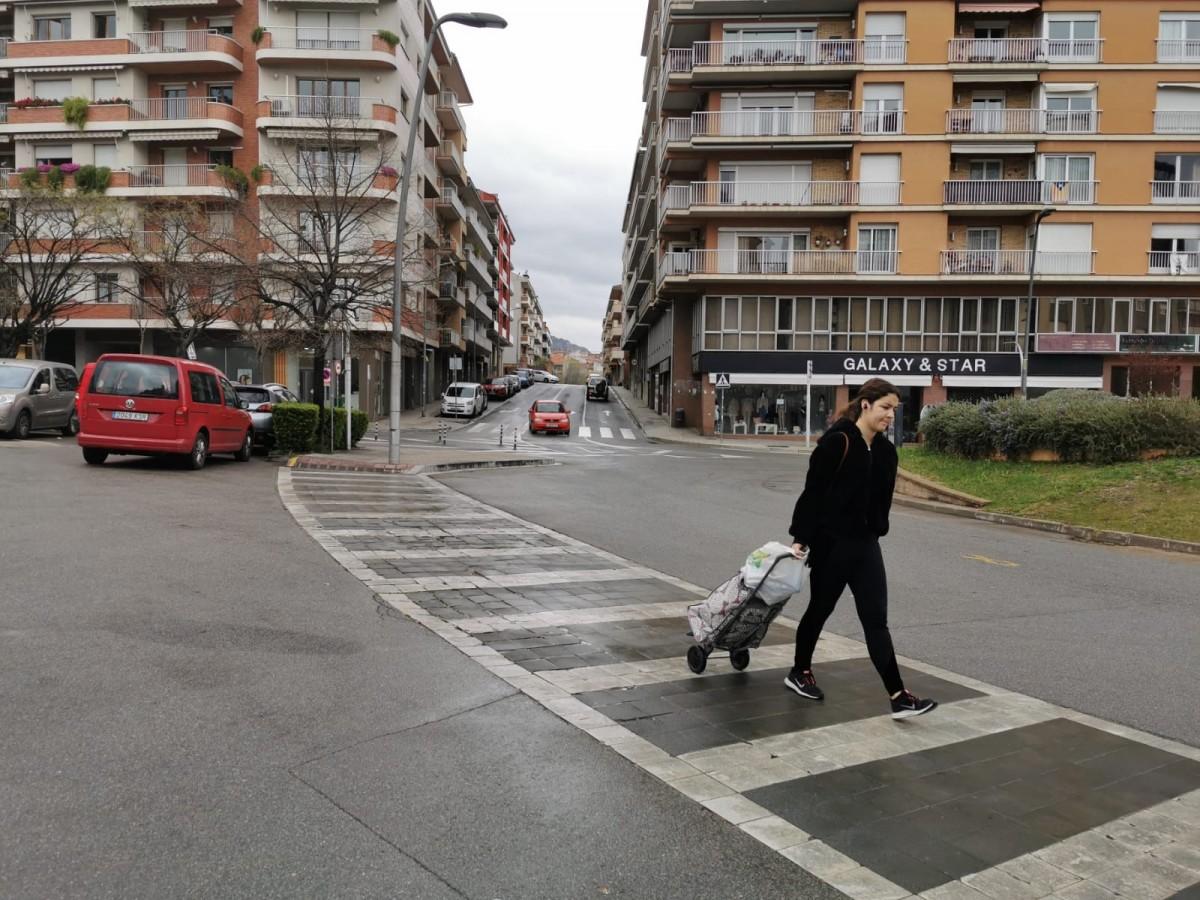 Una vianant amb un carro de la compra a Berga (arxiu).