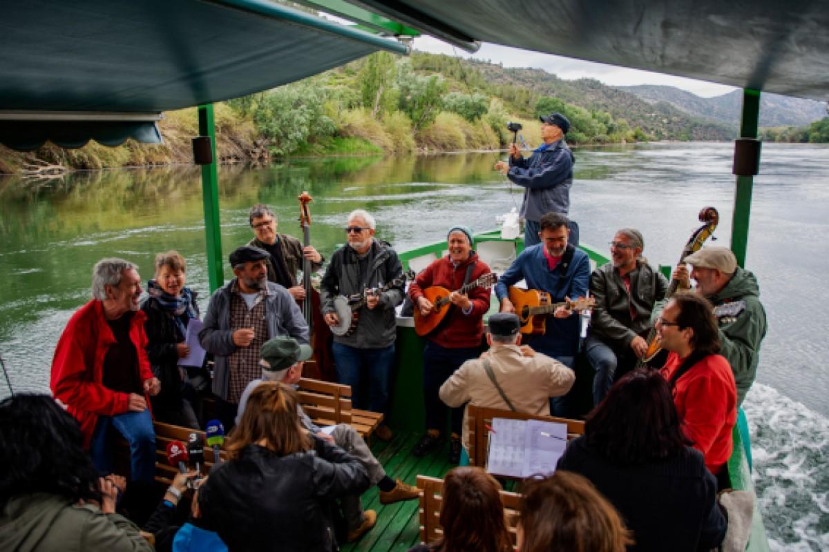 Diversos músics amb un llagut per l'Ebre celebrant els 100 anys de Pete Seeger