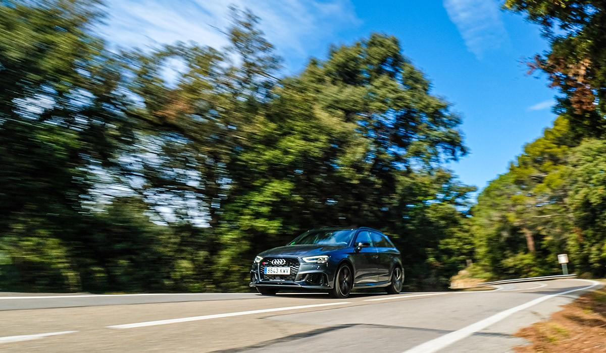 A l'Audi RS3 l'envolta una aurèola propia dels mites