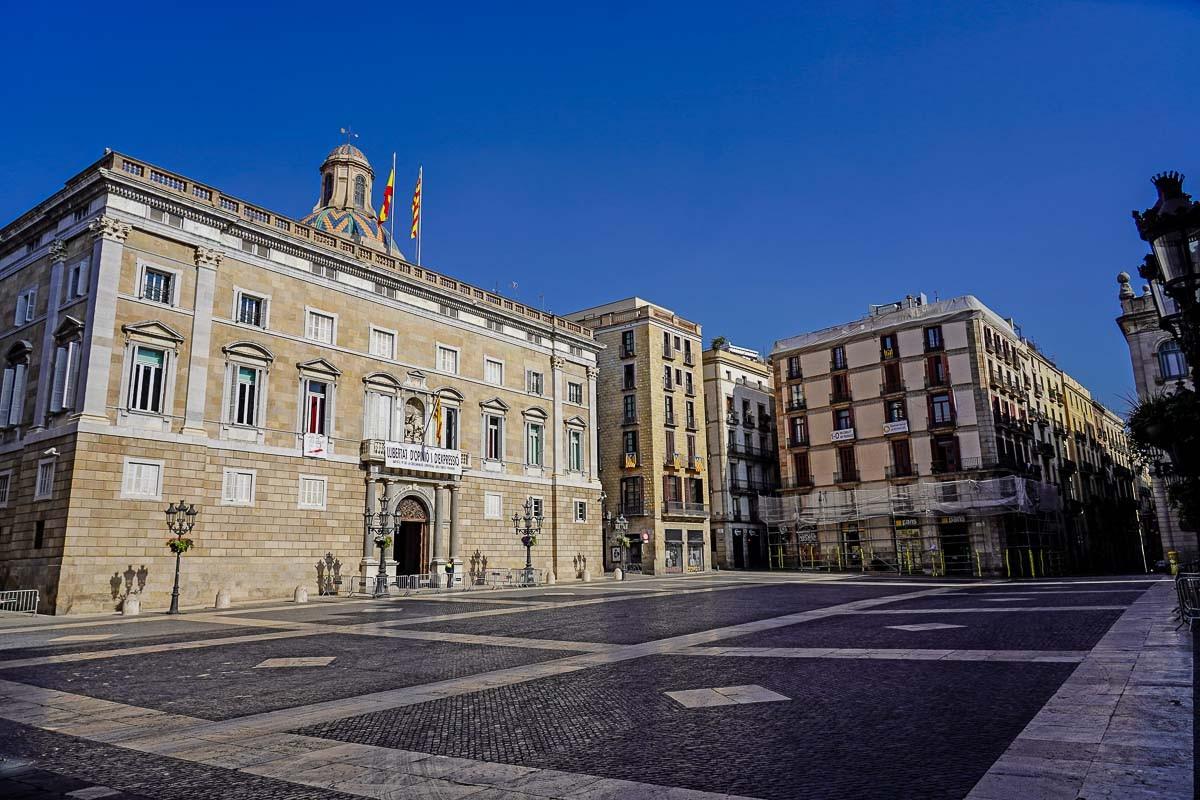 La plaça de Sant Jaume de Barcelona, totalment buida durant el confinament.