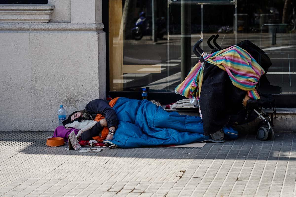 Una persona en situació de sensellarisme al centre de Barcelona.