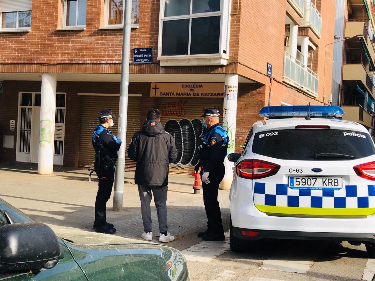 Agents de la Policia Municipal de Terrassa patrullant per la ciutat durant el coronavirus.