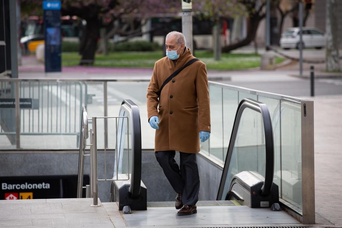 Un home amb mascareta a Barcelona