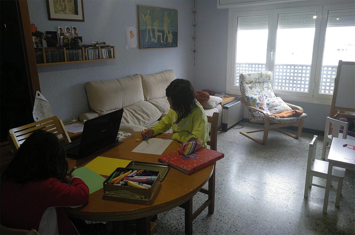Dues nenes confinades a casa