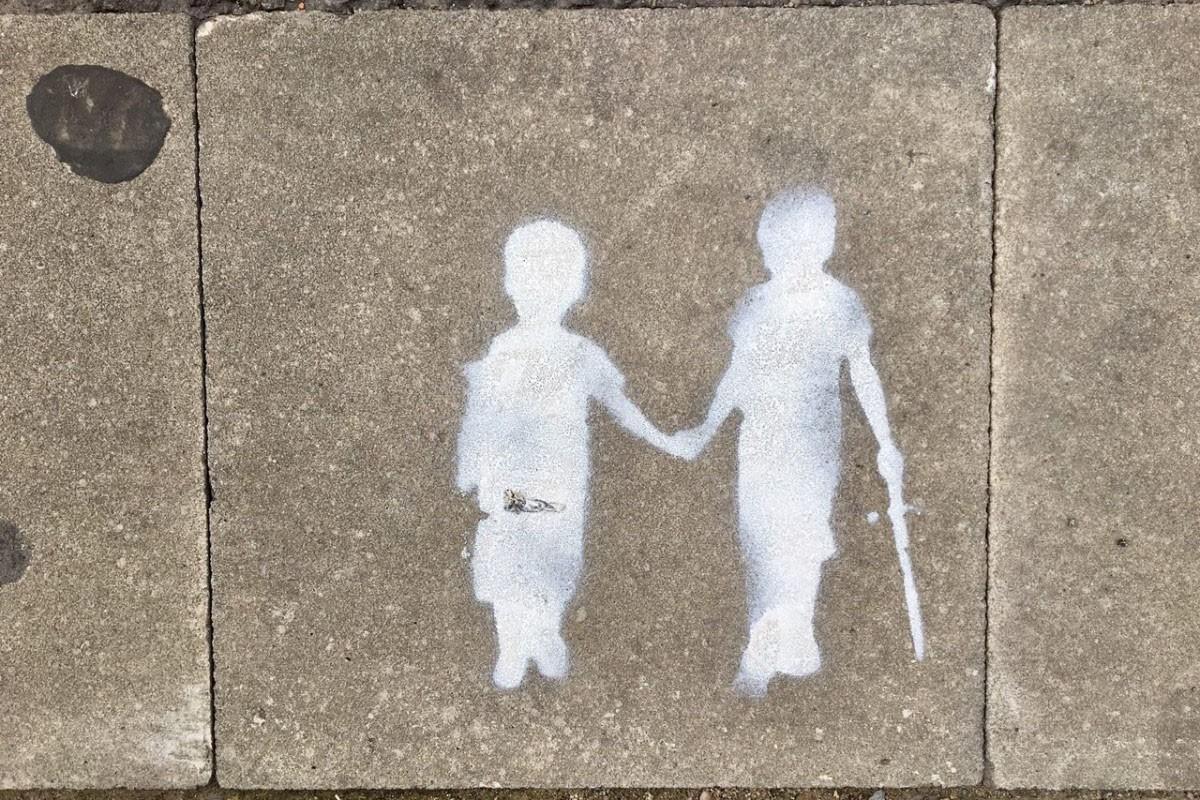 Dos nens, dibuixats al carrer
