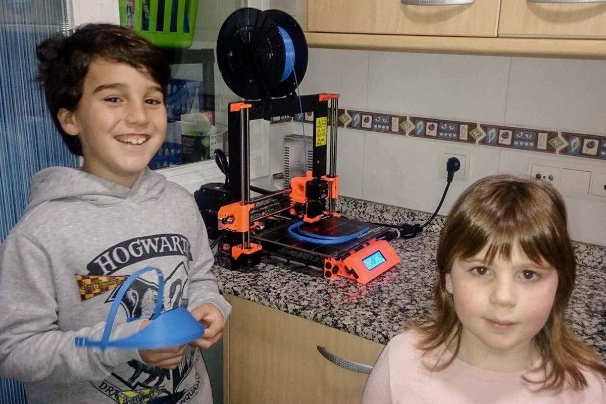 El Pau i la Jana ajuden a imprimir viseres 3D