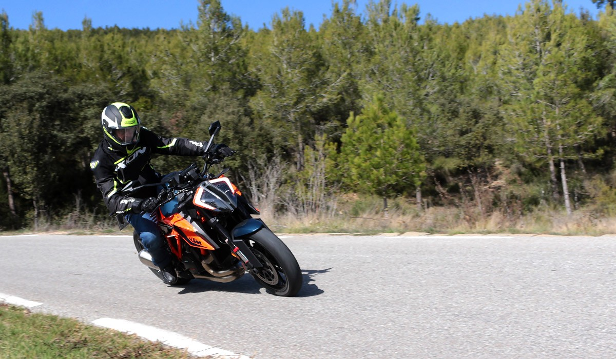 La KTM Super Duke 1290 R en acció