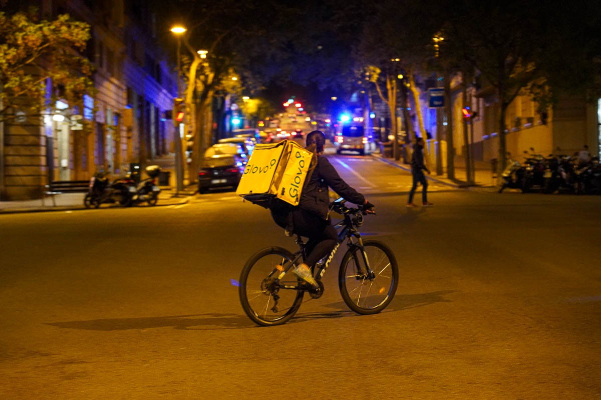 Un treballador de Glovo durant el confinament a Barcelona