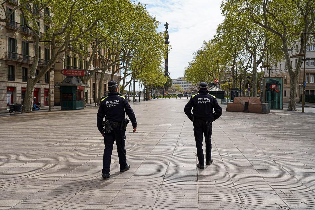 Dos agents de la Guàrdia Urbana per la Rambla de Barcelona en ple confinament