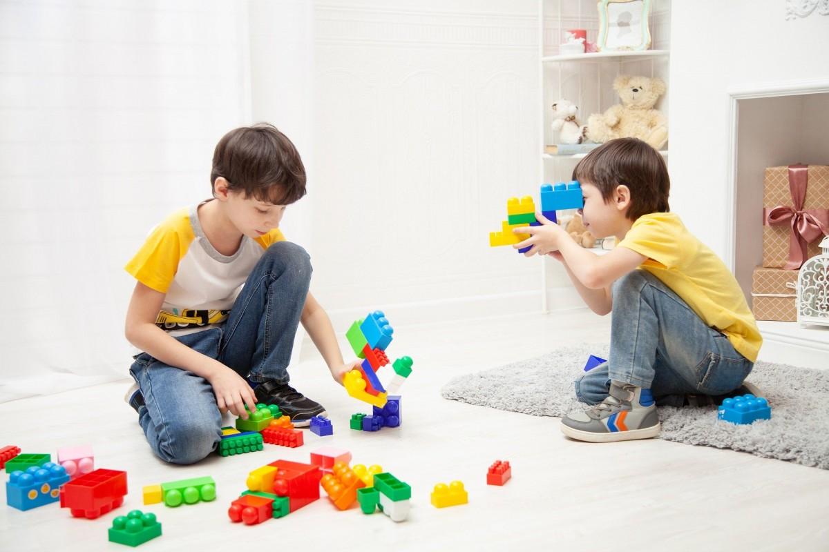 Dos nens jugant a casa