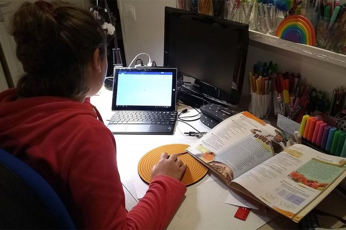 La Bruna (12 anys) fent deures a casa durant el confinament