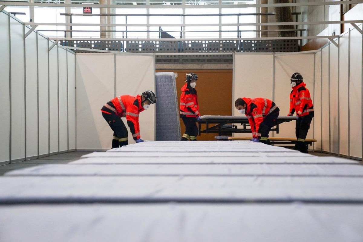 Els Bombers de Barcelona col·laborant en el muntatge d'instal·lacions per acollir més malalts de coronavirus.
