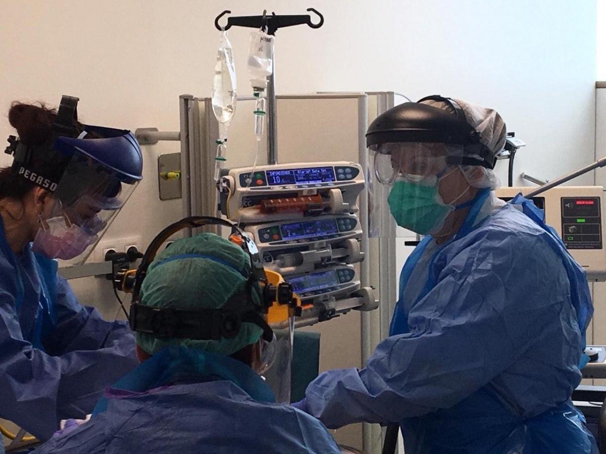 Sanitaris treballant en unitats de coronavirus