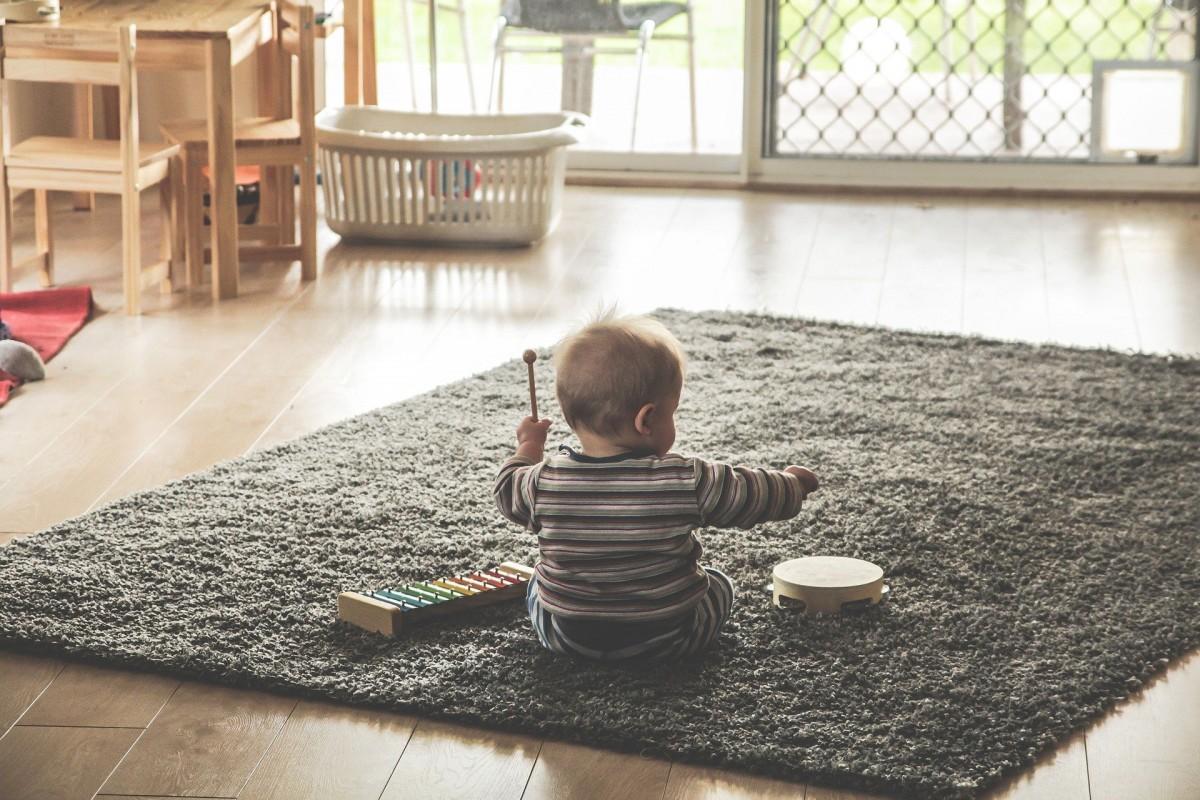 Un nen jugant amb instruments musicals