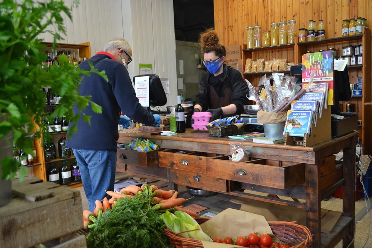 Els clients entren un a un a la botiga de MengemBages, a la carretera del Pont de Vilomara