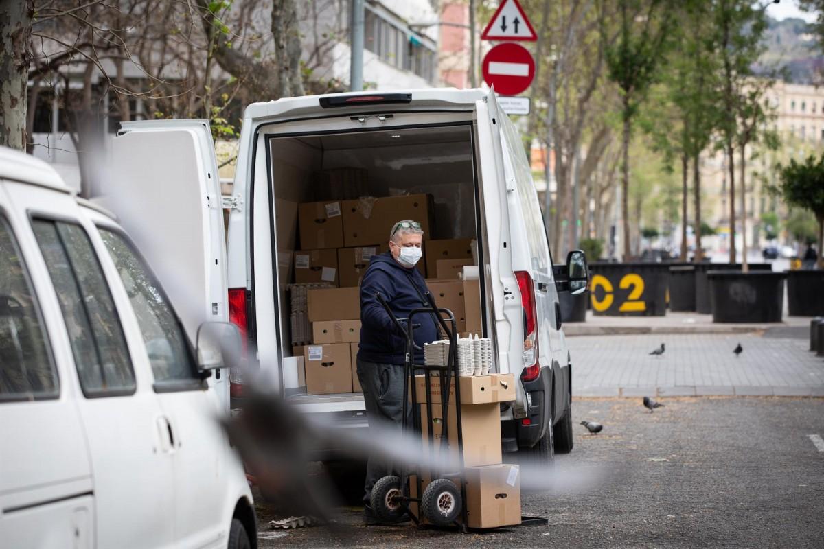 Un treballador amb mascareta descarregant a Barcelona.