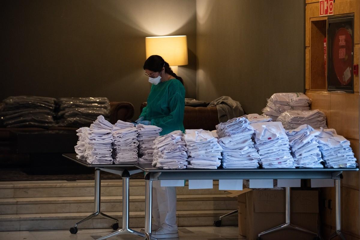 Una professional amb bates sanitàries, en una imatge d'arxiu.