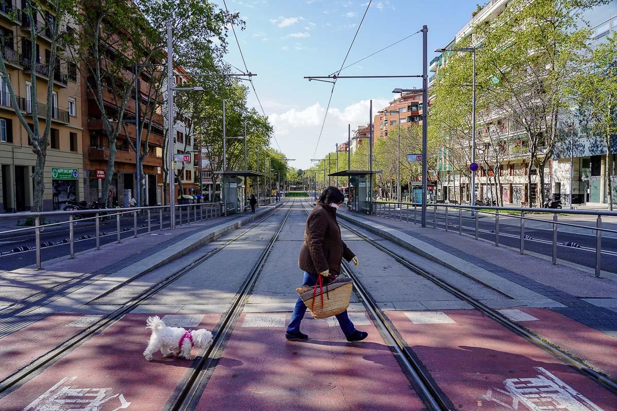 Una dona passejant un gos en una Barcelona insòlitament buida